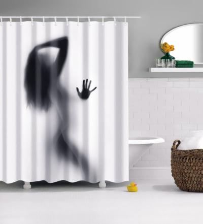 Smyslné křivky sexy ženy skrývající se za voděodolným koupelnovým závěsem, který je vyrobený ze 100% polyesteru. Dobře se čistí a rychle schne. Oceníte jeho odolnost, protože nevybledne, nedeformuje se, ani nevylučuje žádné škodlivé látky.Koupelnědodá lehce pikantní atmosféru, která se bude líbit zejména mužům. Dobrý tip na dárek, který seženete na WWW. ALIEXPRESS. COM