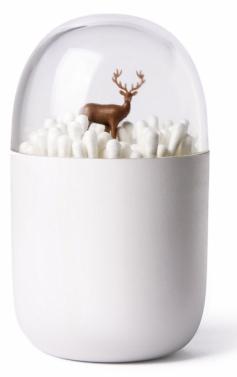 Vatové tyčinky jsou důležitou součástí osobní hygieny, a proto by neměly chybět v žádnékoupelně. Není ovšem důvod, proč by nemohly být uloženy hezky, třeba v obalu s krytem, díky němuž se na ně nepráší. Ozdobu si můžete vybrat, prodávají se tyčinky se stromem, ale také se uvnitř skrývá lední medvěd nebo jelen. Plastový stojánek stojí 245 Kč a seženete ho na WWW. DAREK. CZ