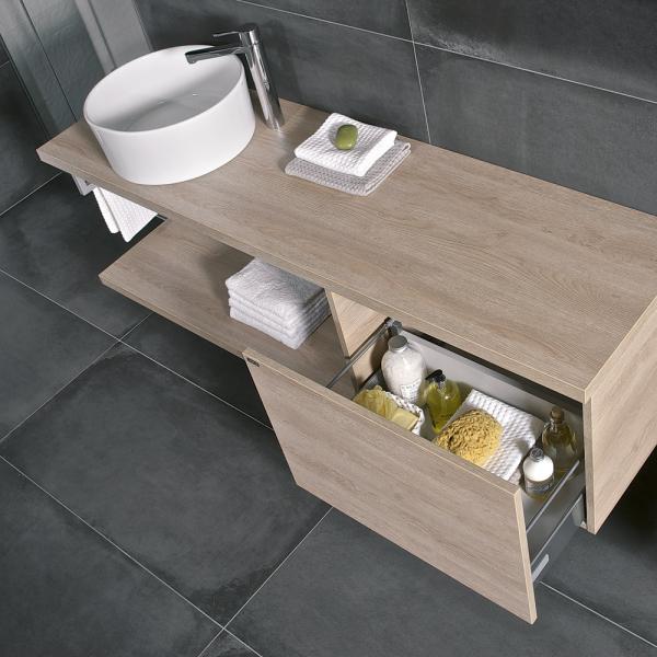 Koupelnový nábytek (série Cubito Pure), plnovýsuvné pojezdy Hettich, dřevodekor dub, tmavá borovice nebo bílá s vysokým leskem na čílkách, cena desky pod umyvadlo od 2 610 Kč, WWW. JIKA. CZ