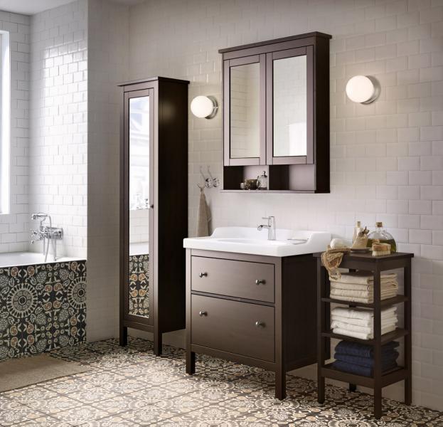 Vysoká skříň se zrcadlovými dveřmi s bezpečnostním nátěrem (Hemnes), masivní borovice, sklo, dřevovláknitá deska, 1 pevná a 4 nastavitelné police, černohnědé mořidlo, kotvení ke stěně, cena 4 790 Kč, WWW. IKEA. CZ