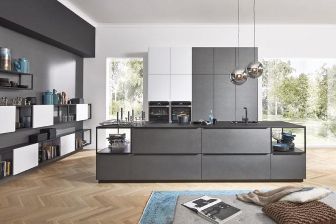 Kuchyňský koncept Ferro/Softlack s řešením okolního nábytku prostřednictvím otevřených polic Cube (Nolte Küchen), cena na dotaz, WWW. KUCHYNSKESTUDIONOLTE. CZ