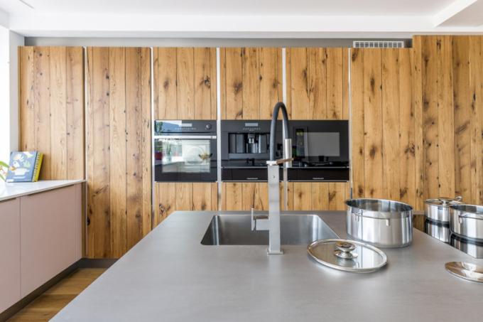Proč by měly zdi oddělovat bydlení od přírody? Takovou otázku si kladli designéři z kuchyňského studia Kuchyně Sykora a v případě kuchyňské sestavy Top Evermatt/dub starý propojili domácí komfort s přirozeností prostoru a přírodním akcentem. Boční stěna obložená dýhou v provedení dub starý rafinovaně skrývá moderní ukládací a technologické poklady – vysoké zásuvkové skříně, zabudované spotřebiče včetně lednice. Více o chytrém řešení kuchyňských prostor na WWW. SYKORA. EU