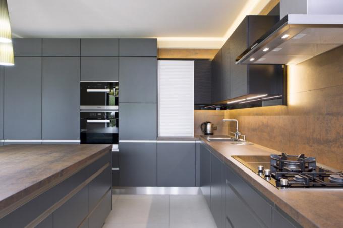 Dokonalé zpracování imitace zrezivělého plechu prezentuje kuchyňská deska a zástěna za pracovní deskou v konceptu TOP Black matt/Wave eben (Kuchyně Sykora). Jedná se o keramickou desku s úpravou Iron, která poskytuje absolutní mechanickou i chemickou odolnost, více nejen o speciálních úpravách na WWW. SYKORA. EU