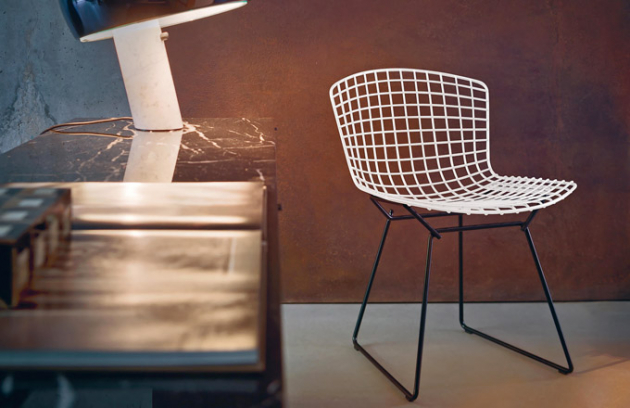 Židle z kolekce Bertoia Side Chair (Knoll), design Harry Bertoia, ve více barvách i provedeních, chromovaná či lakovaná ocel, látka i kůže, cena 21 629 Kč, WWW. KONSEPTI. COM
