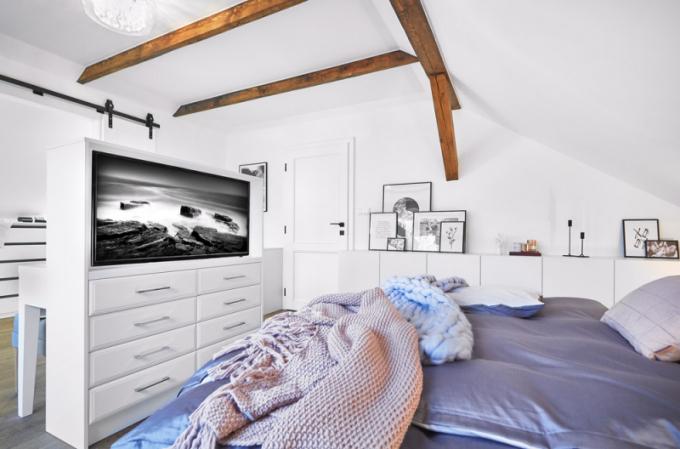 Doplňkovou barvou ložnice jsou jemné starorůžové tóny