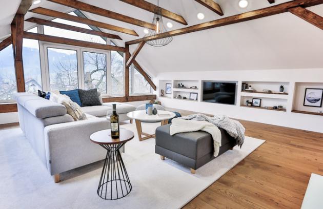 Světlé neutrální tóny obývacího prostoru decentně oživuje modrá barva. Čalouněný nábytek je od dodavatelů Lino Design, Ressed a Polstrin