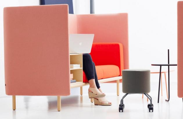 """""""Chtěla jsem vytvořit praktickou pohovku pro lidi, kteří jsou stále vběhu slaptopem pod paží apracují kdekoli akdykoli se všemi typy lidí,"""" vysvětluje designérka Pauline Deltour hlavní motiv sofa Floater (Cor)."""