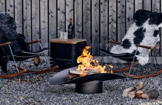 Skulpturální linie přenosného ohniště Ellipse (Höfats), které lze využít také pro grilování, ozdobí každou terasu i zahradu. Stojan zajišťující potřebnou stabilitu zároveň slouží jako nádoba na popel – mísu je možné jednoduše sejmout a uhlíky vysypat do stojanu, po jehož opětovném přikrytí se udusí a zhasne zbývající oheň. Ocel, 110 × 57 × 36 cm, cena 5 830 Kč, www.hoefats.com