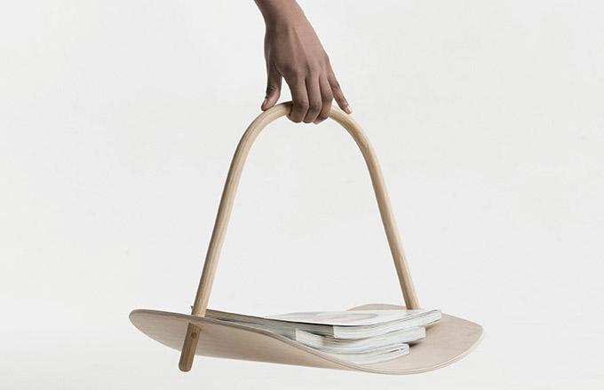 Britský designér Benjamin Hubert vyniká schopností kombinovat estetiku a funkčnost. Také v případě koše Basket (Republic of Fritz Hansen) se mu podařilo vytvořit další praktické i vizuální potěšení. Rukojeť z masivního jasanového dřeva ohýbaného parou usnadňuje pohyb a deska z lisované dýhy poskytuje dostatek odkládacího prostoru nejen na časopisy.  Rozměry 37 × 53 × 36,5 cm, cena 6 674 Kč, www.stockist.cz