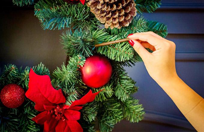 Každý klacík je nasycen čistou a věrnou vůní. Jednoduše je pověste na stromeček pomocí přiložených háčků, nebo zapíchněte do adventního věnce či jiné vánoční dekorace. Váš domov okamžitě získá atmosféru zimní přírody. Klacíky jsou zelené, takže splynou s větvemi.