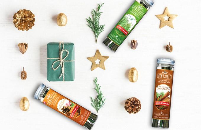 SCENTSICLES dodají Vánocům opravdovou vůni čerstvě uříznutého stromku. To v případě, že zvolíte vůni Winter White Fir, která je největší klasikou. Mohou ale také přinést do vašeho domova vůni vánočního stromečku (O'Christmas Tree), vánočního věnce (Snow Berry Wreath), skořice (Two Dashes of Cinnamon) a nově také svařeného vína (Mulled Wine) a borových šišek (Spiced Pine Cones).
