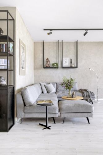 Atypickou sedací soupravu doplňují drobné kulaté stolky rovněž zhotovené na míru a ikonická stojací lampička Tolomeo (Artemide)