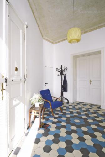 Ve vstupní hale bylo linoleum nahrazeno ručně vyráběnou cementovou dlažbou barevně odpovídající původní dlažbě, která se nachází ve společných prostorách bytového domu