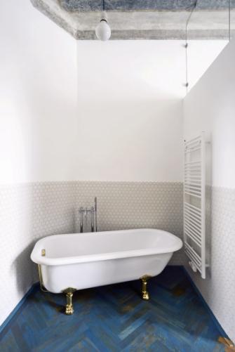 Volně stojící vana vypadá, jako by v činžovním domě z 19. století stála odjakživa