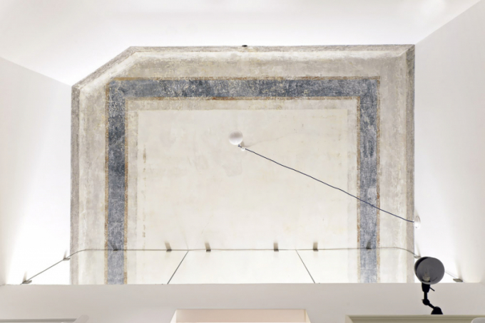 Staré malby odkryté při rekonstrukci ponechali architekti odhalené, bytu dodávají jedinečnou atmosféru