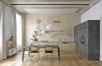 Hlavnímu obytnému prostoru dominuje kuchyně kombinující světlé a tmavé dřevo. Nástěnné prvky nahrazující často používané uzavřené skříně umožňují viditelné uložení nádobí, které se tak stává zároveň přirozenou dekorací