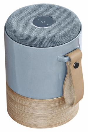 Reproduktor Fugato (Kähler), připojení pomocí Bluetooth 30, EDR nebo kabelu AUX 3,5 mm mini jack, automatické vypnutí po 15 min, materiál: keramika, dřevo, přírodní kůže, průměr 13 cm, výška 17 cm, cena 5 699 Kč, WWW.WESTWING.CZ