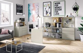 Sestava Now! Vision (Hülsta) zahrnuje úložné prostory s vestavěným psacím stolem, 217,5 × 182 × 145,1 cm, cena od 76 653 Kč, komoda 108,7 × 42,1 × 109,9 cm, cena 41 463 Kč, vše v provedení lak Silk grey a dubová dýha, otočná židle, cena 8 874 Kč, WWW. HOMESTYLE. CZ