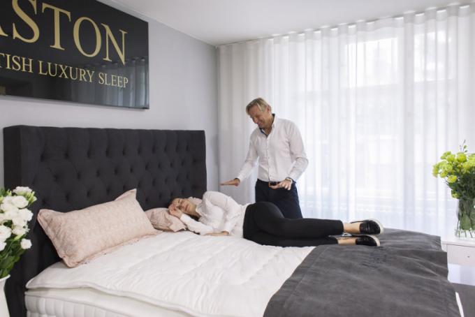 """Spánkoví specialisté v obchodech Dreambeds by Vagner a Hästens se při výběru vhodné postele  zákazníkovi plně věnují. Testování na """"vlastní kůži"""" je nenahraditelné, více o službách a o péči na WWW.DREAMBEDS.CZ a WWW.POSTELE–HASTENS.CZ"""