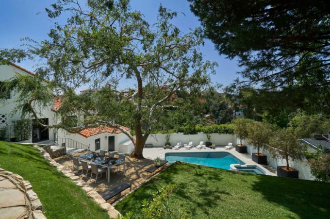 Dům z roku 1927 je postavený ve španělském stylu a ukrývá se v hollywoodských kopcích s výhledem na kaňon.
