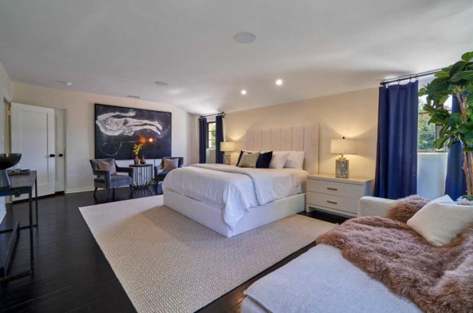 Hlavní ložnice se může pochlubit dvěma šatnami a elegantní koupelnou.