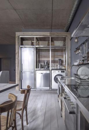 Jedním z hlavních cílů bylo nechat vyniknout surovost zpracování kuchyňského a okolního zázemí. Nábytek byl vyroben na míru, doplněn o kuchyňské spotřebiče s metalickou povrchovou úpravou (Bosch)