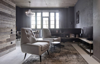 Prostor je vybaven repasovaným solitérním nábytkem, objeveným na bleších trzích, v kombinaci s vybranými kousky z francouzského obchodu La Redoute WWW. LAREDOUTE. FR