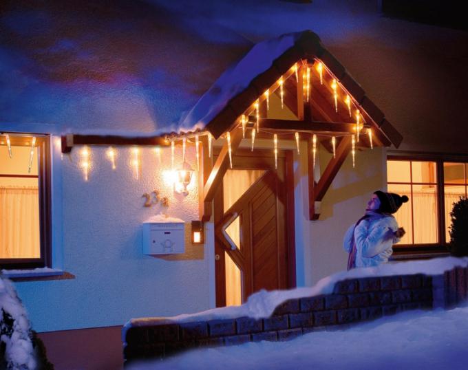 Typickou vánoční atmosféru vytváří osvětlení, které vytvořené náladě dodává patřičné kouzlo. Na pultech prodejen se dá vybrat znepřeberného množství vánočních LED řetězů svariabilním počtem diod, rozmanitých tvarů a barev.