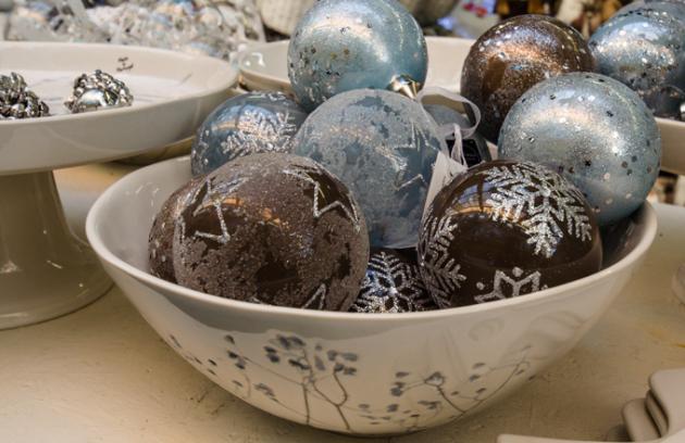 Zima se blíží a sní i vánoční období. Spříchodem adventu nastává doba charakteristická na bohatou vánoční výzdobu. Letošní Vánoce ovládnou tradiční dekorace vklasických vánočních nebo něžných barvách. Zajímavým prvkem je vytváření zimní scenérie smotivy pohádkových vesnic. Mezi oblíbené dekorativní prvky patří venkovní nafukovací nebo keramické figury. Nechte se inspirovat aktuálními trendy letošních Vánoc a oživte i svoje okolí.
