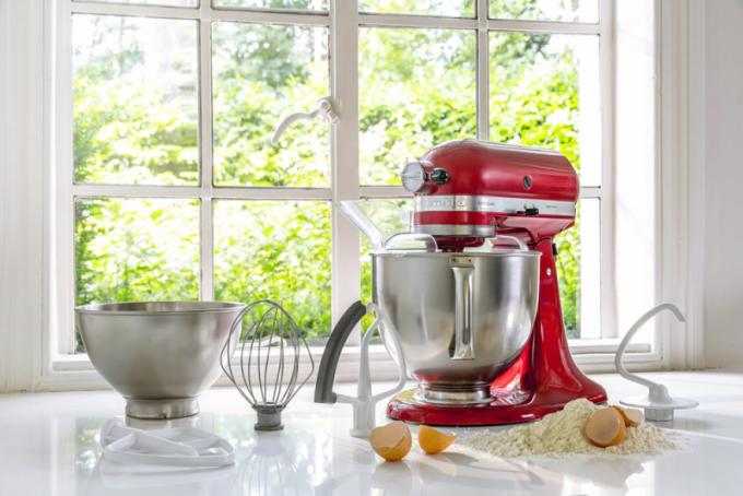 Kuchyňský robot 5KSM125 Artisan (KitchenAid), objem 4,8 l, kovová konstrukce, planetární systém mixování, cena 15 201 Kč, WWW. POPASTA. CZ