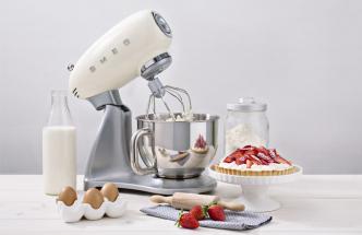 Kuchyňský robot SMF01CREU (Smeg), výklopná hlava, obsah nádoby 4,8 l, planetární systém mixování, cena od 14 990 Kč, WWW. SMEG. CZ