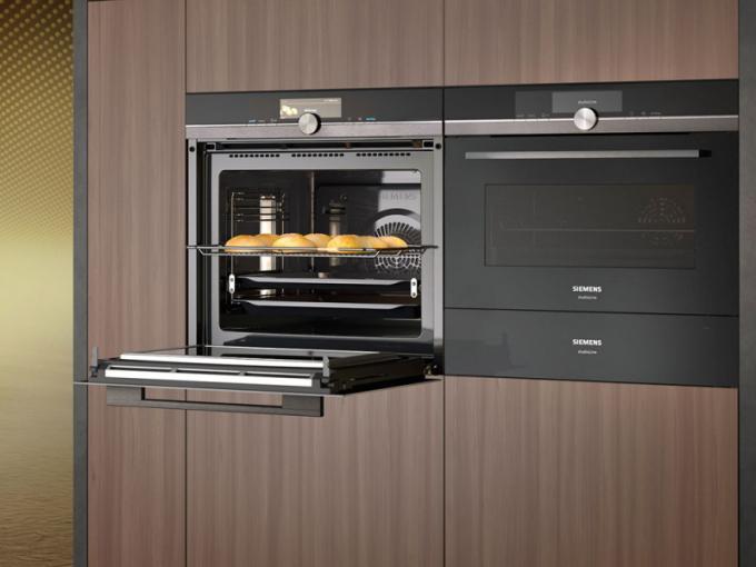 Trouby série StudioLine (Bosch), model HM876G2B6 s mikrovlnným ohřevem, Home Connect, pyrolýza, cena 48 990 Kč, model CS858GRB6, parní ohřev, vaření sous-vide, senzor perfectBake, cena 59 990 Kč, WWW. SIEMENS-HOME. BSH-GROUP. COM/CZ