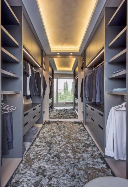 Pánskou šatnu (de.fakto) zhotovenou na míru možnostem interiéru i přání klienta navrhl architekt Filip Hejzlar. Hned na první pohled prozrazuje pánské ladění. Je vyrobena z lamina v antracitovém odstínu v kombinaci s laminem v dekoru dřeva a vybavena integrovaným osvětlením úložných prostor. Prakticky umístěné velkoplošné zrcadlo slouží nejen ke kontrole zevnějšku, ale i opticky zvětšuje prostor. Cena na dotaz, WWW.DEFAKTO.CZ