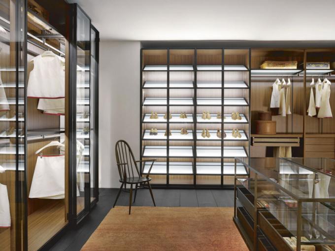 Šatnu Porro Storage (Porro) navrhl designér Piero Lissoni. Systém umožňuje vytvořit bezpočet kompozic odpovídajících danému prostředí i osobním požadavkům. Vnitřní vybavení je zhotoveno z laminátu Melamminico Mongoi, dveře z černého anodizovaného hliníku a čirého skla, nasvětlené police pro boty z mléčného skla a středový pult z čirého skla a hliníkové konstrukce s bronzovou povrchovou úpravou. Cena sestavy činí 1 140 000 Kč, WWW.KONSEPTI.CZ