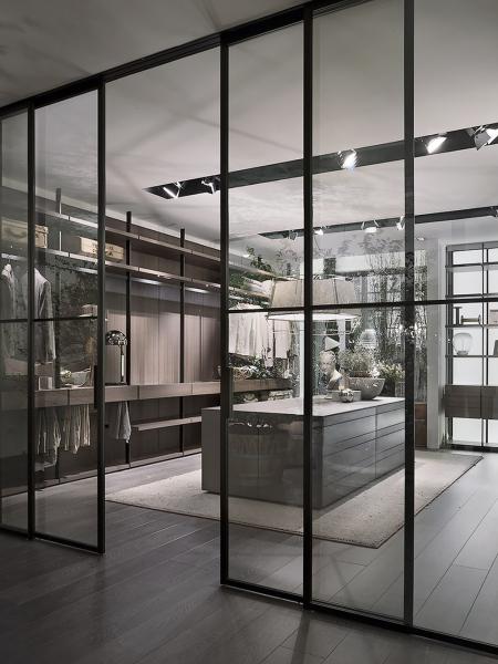 Šatnu Hangar (Lema) navrhl Piero Lissoni s cílem vytvořit osobní prostor, který je vizuálně přitažlivý i pohodlný. Usiloval o posun z místa pouhé funkce k wellness prostoru. Hangar takový je díky teplu dřeva i vizuální lehkosti skla a jeho odrazům. Racionalizuje prostor strukturovaný podle požadavků, ale vždy zůstává vzdušný. Stylové prvky příslušenství vynikají kvalitními detaily a jsou osazeny podél kovových rámů od podlahy až ke stropu. Cena na dotaz, WWW.STOCKIST.CZ