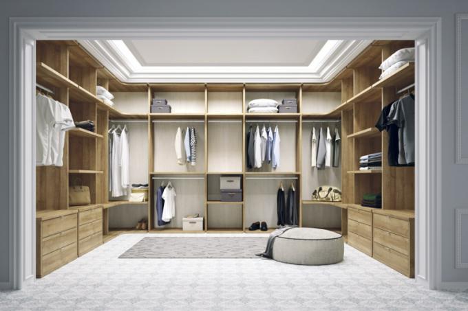 Velkorysou šatní sestava nábytku španělského výrobce Lagrama je možné upravit na míru danému prostoru i vašich požadavků. Tato má rozměry 430 × 340 cm, vysoká může být 225, 240 nebo 255 cm. Je k dispozici v mnoha barevných variantách lamina i dřevěných dekorů a vybírat můžete i z několika typů bočnic, kovových profilů, polic, tyčí a dalších prvků – zásuvek, výsuvných věšáků atp. Šatna je opatřena zadními deskami, proto je velmi stabilní a prádlo se tak nešpiní. Cena vyobrazené šatny je 218 000 Kč, WWW.ONESPACE.CZ