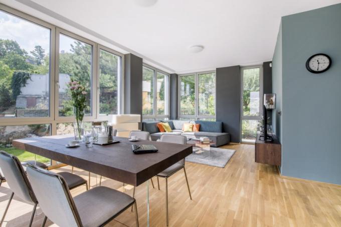Kuchyňská a obývací zóna s plnohodnotným jídelním zázemím, skýtajícím komfort pro posezení i ve větším počtu osob, je opticky oddělena solitérním policovým systémem Air od designéra Daniele Laga