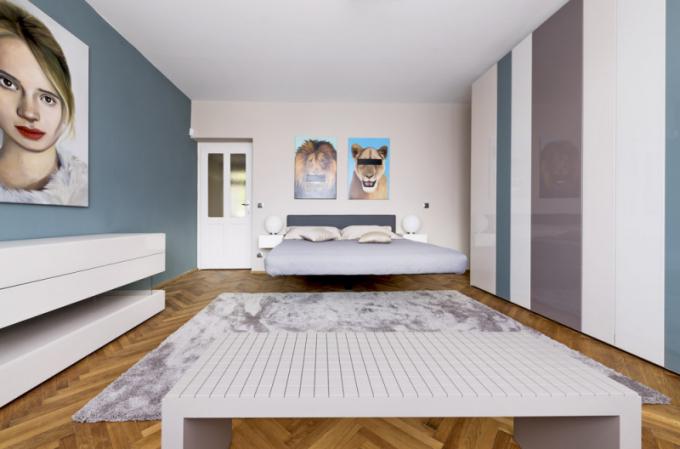 Levitující nábytek je společným prvkem propojujícím jednotlivé obytné zóny. Postel Fluttua, jejímž autorem je designér Daniele Lago, získala mnoho designových ocenění a je skutečným fenoménem. Ložnice nabízí dokonale řešené úložné prostory, které vytvářejí jednu kompaktní stěnu N. O. W. v citlivě namíchané paletě odstínů. Ta je doplněna o obrazy s výrazným motivem od výtvarníka Adama Jílka