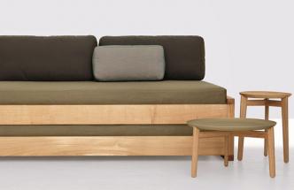 Rozkládací postel Guest (Zeitraum), design Hertel & Klarhoefer, konstrukce z masivního dřeva, cena od 115 192 Kč, WWW. STOCKIST. CZ