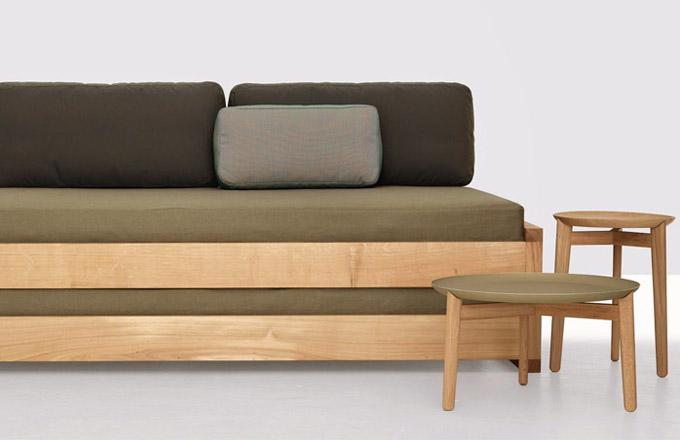 Rozkládací postel Guest (Zeitraum), design Hertel and Klarhoefer, konstrukce z masivního dřeva, cena od 115 192 Kč, WWW. STOCKIST. CZ