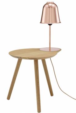 Majordome (Ligne roset) je dokonalou ukázkou vydařeného spojení. Šetří místo a zdobí všude, kam ho postavíte. Přírodní dubová dýha unese nejednu knihu a měděná lampa zaručí dostatečné osvětlení potřebné pro záživnou četbu. Nakonec je tak jedno, jestli ho uchopíte jako osvětlený stolek, nebo lampu s velkorysou odkládací plochou... Obojí mu jde skvěle! Rozměry 50 × 40 × 86 cm, cena 24 956 Kč, WWW.LIGNE-ROSET.CZ