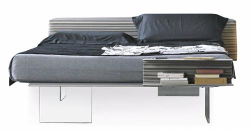 Postel z kolekce Air (Lago), design Daniele Lago, rám z eloxovaného hliníku, nohy z tvrzeného čirého skla, cena od 84 488 Kč, WWW. LAGO. CZ