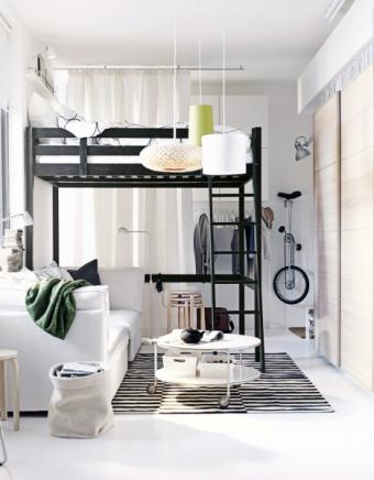 Postel Stora (IKEA) je vhodná do místnosti s minimální výškou stropu 270 cm, výška 214 cm, masivní borovice, cena 5 990 Kč, WWW. IKEA. CZ