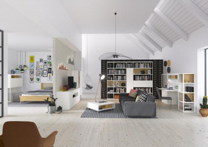 Sestava Now!vision (Hülsta), multifunkční a modulární systém umožňuje sestavení obývacího pokoje, pracovny i ložnice, provedení bílý lak v kombinaci s dubovou dýhou, rozměry knihovny 254 × 215,5 × 42,1 cm, pracovní místo s vyklápěcí deskou 217,5 × 145,1 × 42,1 cm, konferenční stolek 80 × 29,1 × 80 cm, cena od 12 291 Kč, postel 180 × 200 cm, cena od 28 713 Kč, WWW. HOMESTYLE. CZ