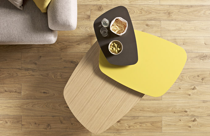 Stůl Lore 3 tops (Treku), design Ibon Arrizabalaga, vrchní deska stolu je otočná o 360°, dřevo, 114 × 87 × 37 cm, cena 27 815 Kč, WWW. STOCKIST. CZ
