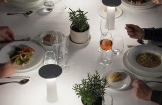 Fascinují design amultifunkčnost nabízí přenosná stolní lampa Cocktail (Grok Lighting), která je určena pro vytvoření zvláštní atmosféry nejen vdomovech, ale také vrestauracích či hotelích, vinteriérovém, ale také vexteriérovém prostředí.