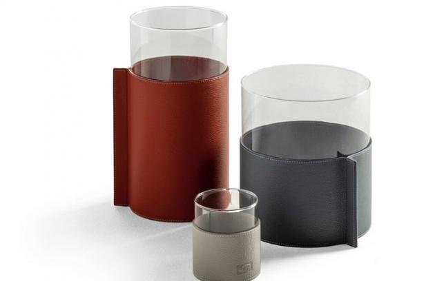 Průhlednost skla a měkkost kůže jsou kombinovány v kolekci váz Gli Oggeti z portfolia výrobce Poltrona Frau. Sluší jim společné uspořádání stejně jako sólo využití. Kolekce obsahuje tři jednoduché láhve různých velikostí z čirého skla s krycími vrstvami ze speciální kůže Pelle Frau. Kryty takřka pohlcují válce a vytvářejí rukojeť. Kontrastní švy opticky poutají na geometrii krytu. Cena od 2 660 Kč do 5 880 Kč. WWW.URBANSURVIVAL.CZ