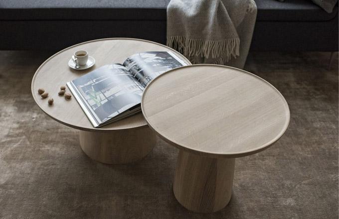 """Poetické stolky Hriby s jemným tvaroslovím z masivního dřeva od designérského dua VRTIŠKA • ŽÁK byly navrženy ve dvou velikostech tak, aby v prostoru korespondovaly ideálně v sestavě. Různé výšky a průměry """"klobouků a nohou"""" umocňují diverzitu, jakou lze nalézt v přírodě. Velký stolek má otočnou horní desku, takže pokud se váš oblíbený nápoj nachází zrovna na druhé straně stolku, můžete si jej snadno dopravit přímo pod ruku. Elegantním a praktickým detailem je jemně zvednutá hranka na kraji desky stolu. Výška 35 cm a o 70 cm a Výška 45 cm i o 50 cm, cena od 18 190 Kč. WWW.JAVORINA.CZ"""