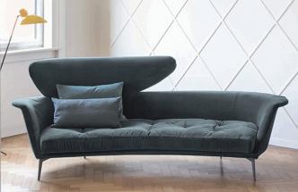 """Pohovka Lovy (Bonaldo) navržená designérem Sergiem Bicegem se pyšní neobvyklou siluetou polooválného tvaru s dvojitou výškou opěradla a díky tomu vytváří vizuální perspektivu i """"vybočení z davu"""". Pohovka, která si zaslouží stát se solitérem interiéru, je vyráběná v několika typech čalounění v široké škále barev, rozměr 248 × 109 × 96 cm, cena od 116 886 Kč.  WWW.CSKARLIN.CZ"""