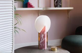 Stolní lampa Moon od italského výrobce osvětlení Slamp slaví dvacáté páté výročí a tvůrci z kreativního oddělení značky Slamp letos vydávají výroční edici Moon 25th . Nová varianta si zachovává svůj originální design, ale je vyrobena v aktuálně oblíbeném mramorovém efektu dostupném ve třech barevných verzích – černé, bílé a růžové. Provedení Opalflex a hliníkový profil s broušenými mosaznými prvky. Rozměr 30 × 14 × 57 cm, cena od 3 736 Kč, WWW.ALHAMBRA.CZ